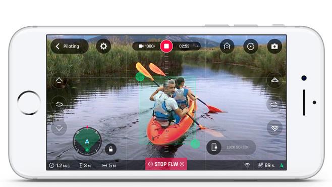 Parrot nimmt die Verfolgung auf In der App sieht der Pilot das Kamerabild der Drohne und kann Parameter wie Aufnahmewinkel festlegen. ©Parrot