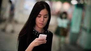 Frau sieht auf ihr Smartphone ©Nicolas Asfouri/gettyimages