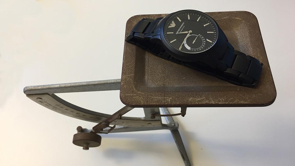 Armani Connected Watch in der Wagschale ©COMPUTER BILD
