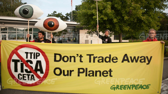 Greenpeace Protest gegen geheime TiSA-Verhandlungen bei der US-Mission in Genf ©Greenpeace / Ex-Press / Michael Würtenberg