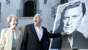 Kirk Douglas vor eigenem Foto ©Chris Weeks/gettyimages