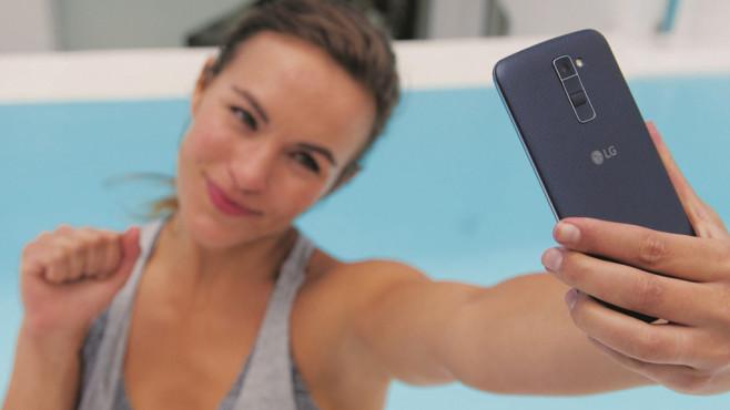 LG: Neue Smartphones auf der CES? LG wirbt bei der K-Serie mit einer 5-Megapixel-Selfiekamera. ©LG