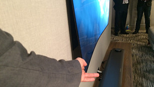 Der neue LG Fernseher OLED W7 ist 3 Millimeter dünn Der LG OLED W7 haftet magnetisch an der Wand - flacher geht es kaum. ©COMPUTER BILD