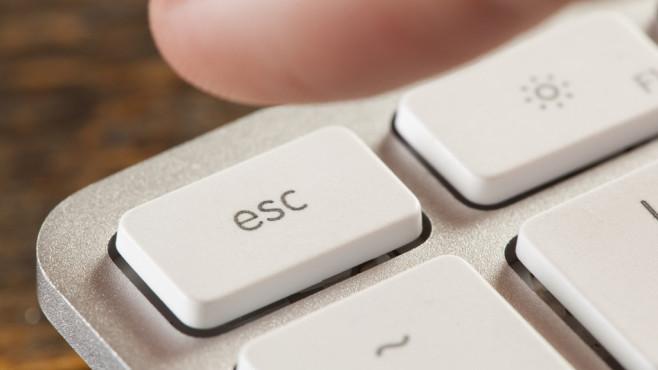 Fenster mit Escape schließen ©Fotolia--Brent Hofacker-Finger Pressing Escape on a Grey Computer Keyboard