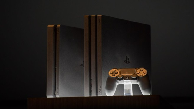 Playstation 4 mit Controller © Brian R. Smyth/gettyimages