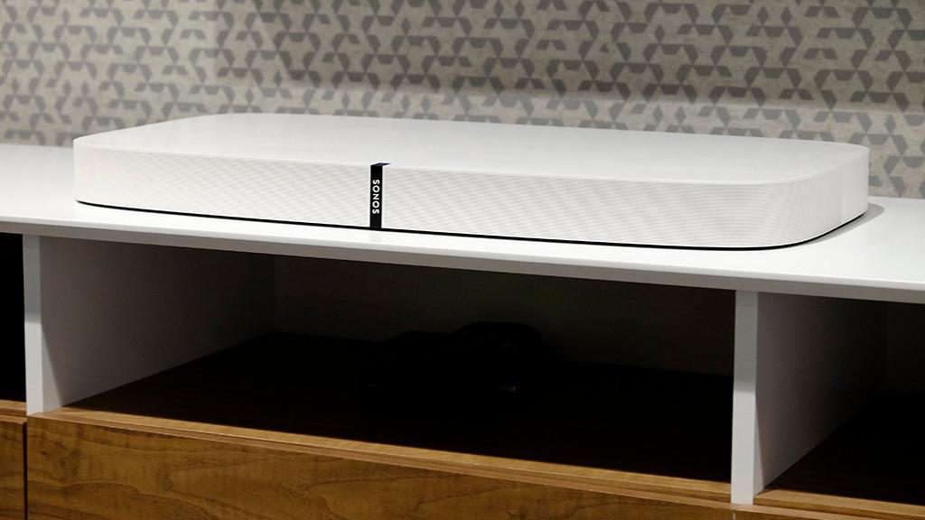 Sonos Playbase bringt mehr als guten Sound für Fernseher Die neue Sonos Playbase ist so breit, tief, flach und stabil, dass gängige Fernseher draufstehen oder mit außen am Bildschirmrand angebrachten Füßen darüberstehen. ©COMPUTER BILD