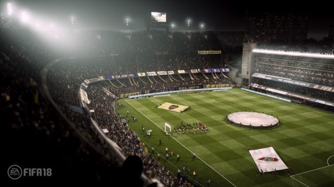 FIFA 18 im First Look: Kick it Like Ronaldo In den Stadien geht nicht auf dem Platz die Post ab. Die Fans fiebern mehr mit und rasten – gerade in Südamerika – auch manchmal vollkommen aus. ©EA