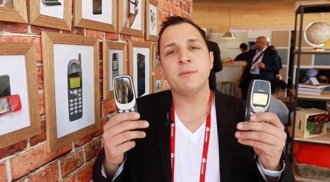 Unser Redakteur Robert Berg hält stolz das neue Nokia 3310 und das alte in seinen Händen. ©Computer Bild