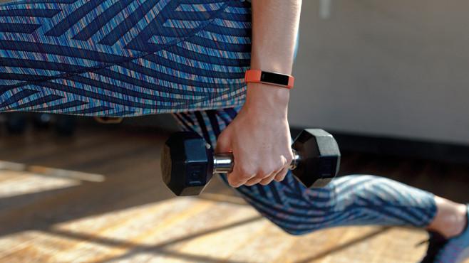 Fitbit Alta HR: Wearable-Update mit Herzfrequenzmessung Erstes Leak-Foto: Fitbit möchte wohl sein Fitnessarmband Alta leicht überarbeiten. ©Fitbit