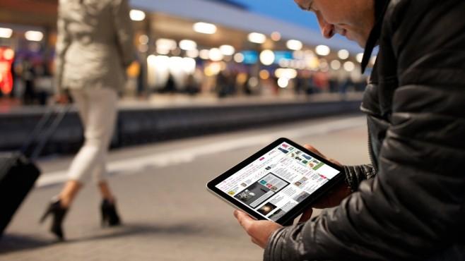 Mann nutzt Telekom-Tablet ©Telekom