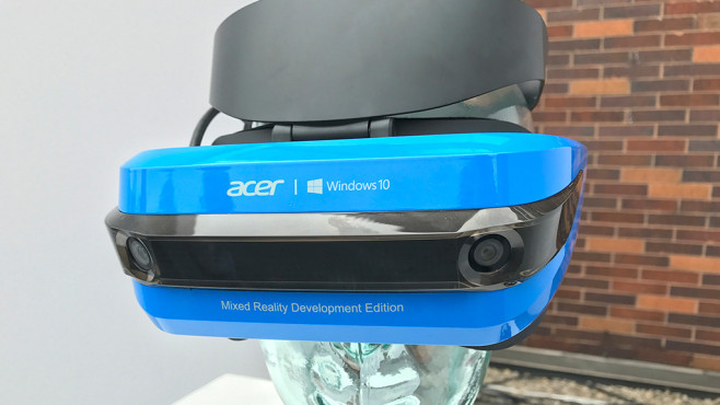 VR-Revolution? Mixed-Reality-Brille von Acer für Windows 10 im Praxis-Test Die MR-Brille von Acer fällt mit dem blauen Design auf – und ist technisch auf Höhe der VR-Zeit. © COMPUTER BILD