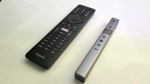 Neue Philips Fernseher: Diese Modelle lohnen sich am meisten Zu den Philips-Fernsehern mit Android-Betriebssysstem gehören zwei Fernbedienungen, eine klassisch, die andere mit nur 6 Tasten. ©COMPUTER BILD