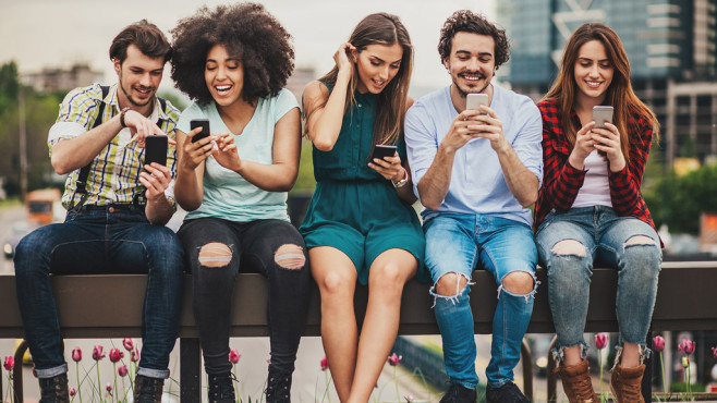Personen auf einer Bank mit Smartphones ©©istock.com/pixelfit