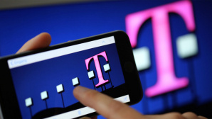 Telekom-Logo auf Handy-Display ©dpa Bildfunk