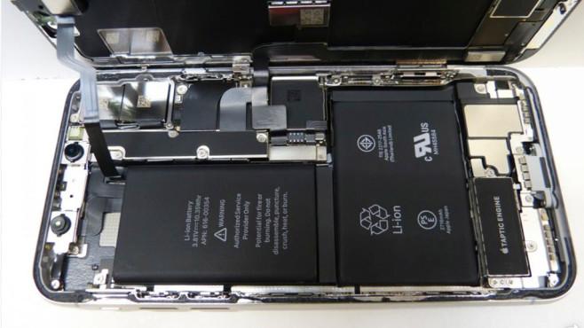Apple iPhone X: Test, Preis, Lieferzeit, kaufen mit oder ohne Vertrag Unter der Haube des iPhone X: Apple verbaut gleich zwei Akkus – die zusammen aber weniger als zehn Stunden bei intensiver Nutzung bringen. ©COMPUTER BILD