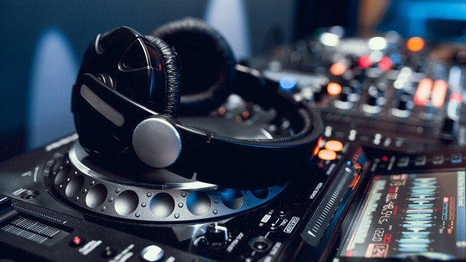 Windows Media Player schlechter als VLC © Fotolia--arty_k-headphones on dj board in night club