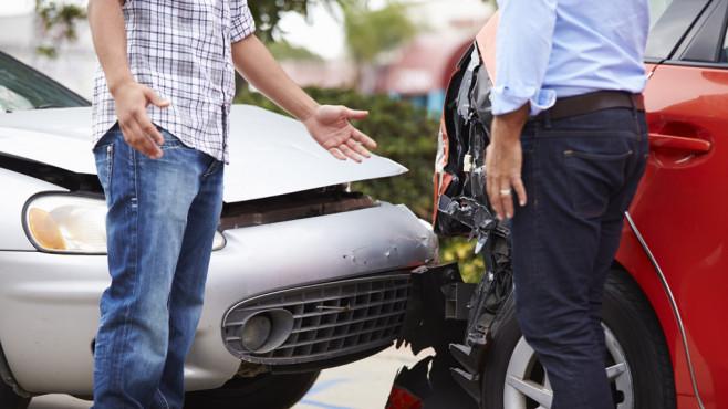 Zwei Männer streiten nach einem Unfall ©Monkey Business - fotolia.com