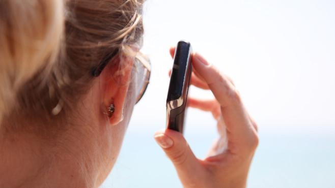 Frau mit Smartphone ©dpa Bildfunk