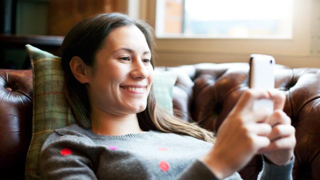 Frau surft auf der Couch ©Tim Robberts/gettyimages