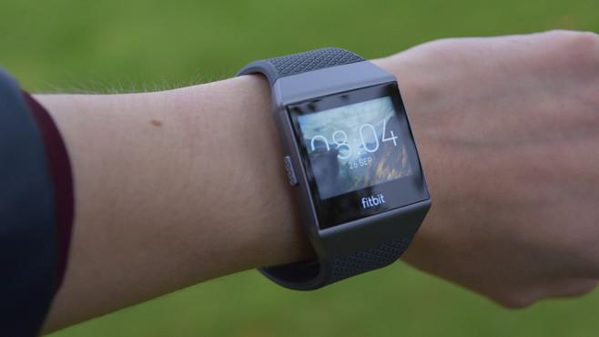 Fitbit Ionic: Praxis-Test der Fitbit-Smartwatch Der Pulssensor besitzt zwei rote Dioden für noch genauere Analysen. ©COMPUTER BILD