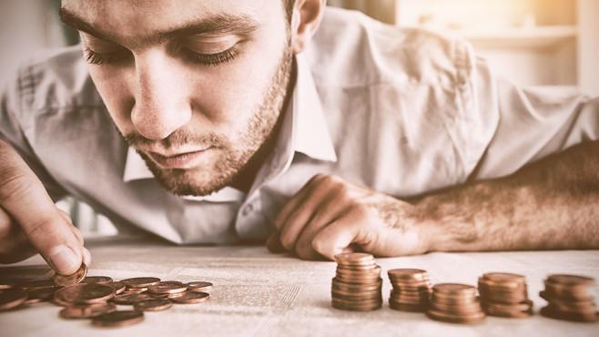 Spar da nicht: Diese Bank bittet treue Kunden zur Kasse Bis zu 1 Euro Gebühr soll je nach Sparkasse auf Kunden bei der Auszahlung von Bargeld zukommen. ©vectorfusionart – Fotolia:com