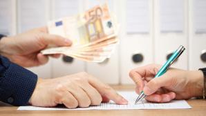 Unterschrift eines Aufhebungsvertrags: Eine Abfindung wird gezahlt ©©istock.com/BernardaSV