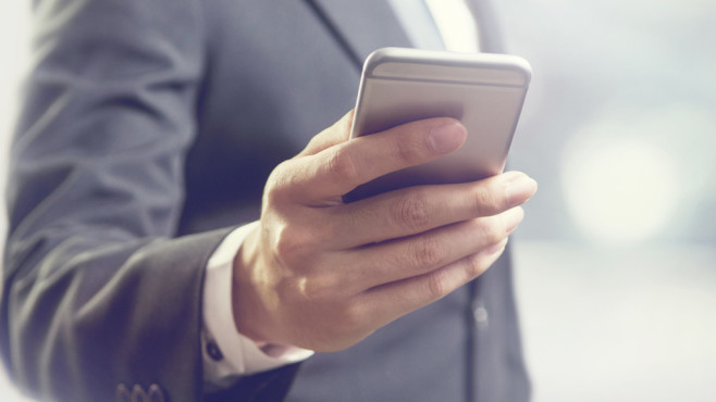 Mann mit Smartphone in der Hand ©©istock.com/oatawa