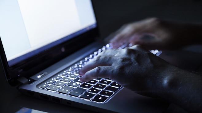 Windows & Feststelltaste: Zahlen und Satzzeichen wie gewohnt schreiben Kein Nachkorrigieren mehr, dank eingeschränkter Wirkweise der Feststelltaste kein Problem. ©Fotolia--sp4764-Hacker am Laptop