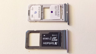 Samsung Galaxy S8 Plus Duos im Test: Die Nummer 1 noch besser! Der hellere SIM-Karten-Schlitten oben stammt aus dem Duos: Im rechten Steckplatz ist auf der oberen Seite eine größere Aussparung zu sehen. So findet dort alternativ zur MicroSD eine zweite SIM Platz. ©COMPUTER BILD
