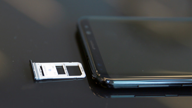 Samsung Galaxy S8 Plus Duos im Test: Die Nummer 1 noch besser! Der einzige Unterschied: das SIM-Fach kann nun auch eine zweite SIM-Karte beherbergen. ©COMPUTER BILD