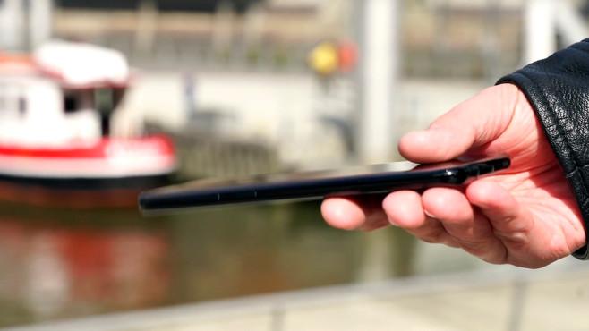 """Samsung Galaxy S8 Plus Duos im Test: Die Nummer 1 noch besser! Dezenter Hinweis auf der Rückseite: Der """"Duos""""-Schriftzug verrät die Dual-SIM-Funktion. ©COMPUTER BILD"""