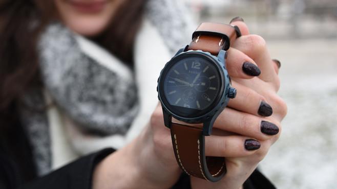 Fossil Q Explorist: Smartwatch mit Android Wear 2.0 Beim Vorgänger Fossil Q Marshal störte das unten abgeschnittene Display. ©COMPUTER BILD