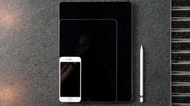 Apple iPad Pro 12,9 (2017) im Test: Man, ist DAS groß, man! Größenvergleich: Das iPad Pro 12,9 (hinten) ist noch einmal deutlich größer als das iPad Pro 10,5 (mitte). Dagegen wirkt das iPhone 7 (vorne) wie ein Zwerg. ©COMPUTER BILD