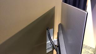 B&O Beovision Eclipse: So gut kann flach klingen In der Wandhalterung für den Beovision Eclipse steckt ein Motor, der den Fernseher zur Seite schwenkt. ©COMPUTER BILD
