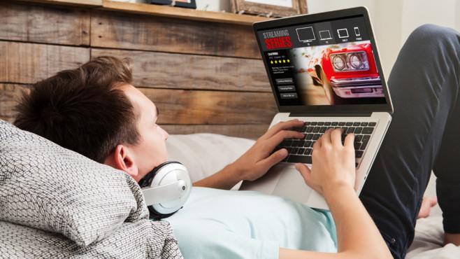 Mann schaut Serie ©daviles-Fotolia.com