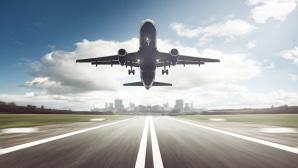Flugzeug über der Landebahn ©m.mphoto-Fotolia.com