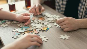 Zwei paar Hände beim Puzzlen ©©istock.com/vladans