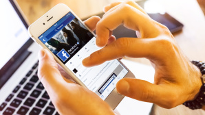 Handy mit Facebook-News-Feed © �istock.com/bombuscreative