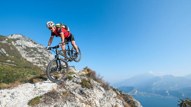 Mountainbiker in den Bergen ©©istock.com/Dolomites-image