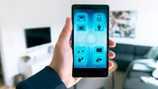 Smart Home Steuerung ©©istock/mikkelwilliam