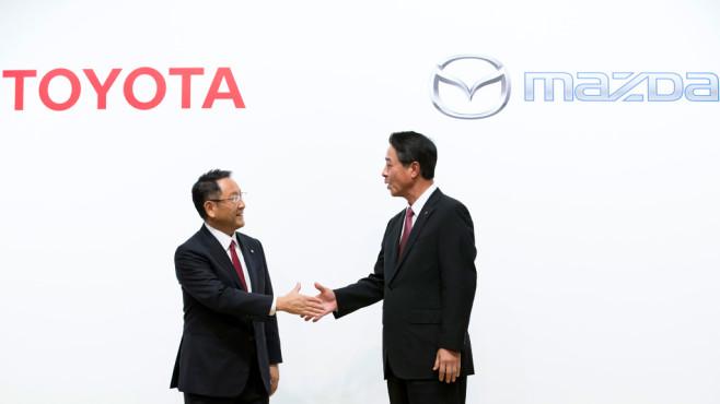 Toyota-Chef Akio Toyoda und Mazda-Chef Masamachi Kogai ©Tomohiro Ohsumi/gettyimages