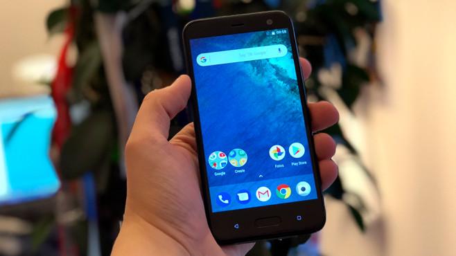 HTC U11 Life im Praxis-Test: Schicke Mittelklasse zum Quetschen Das Display ist auf 5,2 Zoll und die Auflösugn auf Full HD (1920x1080 Pixel) geschrumpft. ©COMPUTER BILD