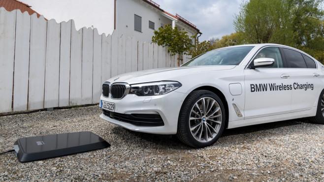 BMW 530e iPerformance mit Ladestation©BMW Group