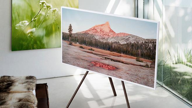 Samsung The Frame mit Studio Stand ©Samsung