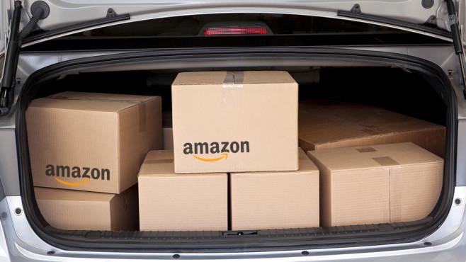 Amazon-Päckchen ins Auto©Amazon, iStock.com/DonNichols
