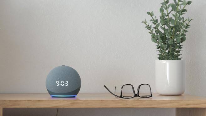 Amazon Echo Dot mit Uhr auf dem Nachttisch©Amazon