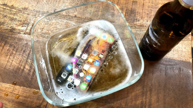 Apple iPhone XS Max im Bierbad © COMPUTER BILD