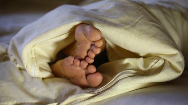 Bett: Füße©dpa Bildfunk