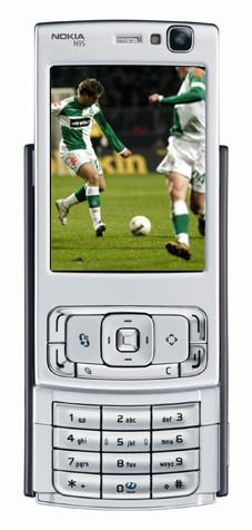 So gut, wie in dieser Bildmontage, ist Fußball auf dem Handy nicht zu erkennen – die Qualität wird aber immer besser.