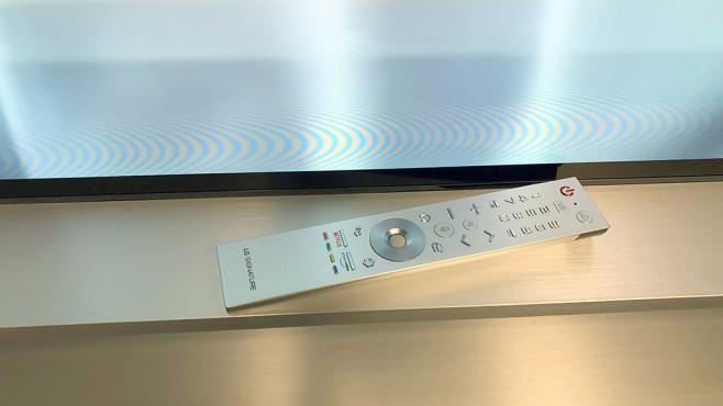 Verkaufsstart LG OLED Z9: Vorbesteller sparen beim 8K-Riesen 8.000 Euro! LG spendiert dem OLED Z9 eine Metall-Fernbedienung. Die ist mindestens so handlich und übersichtlich wie das schwarze Normal-Modell der kleineren OLED-Fernseher.©COMPUTER BILD